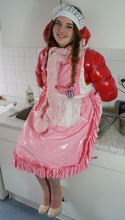 sie freut sich Küchenhilfe zu werden - maids in plastic clothes