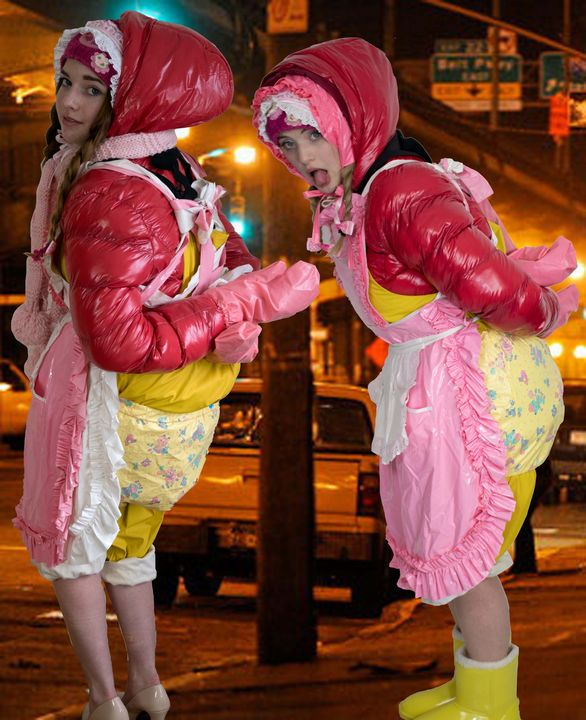 Fetischhuren warten auf Kundschaft - maids in plastic clothes