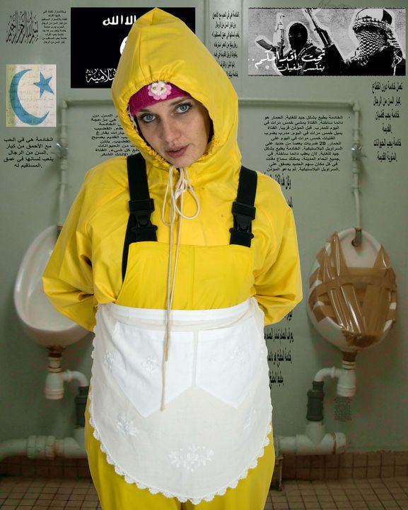 Toilettendienst der Gummihure - maids in plastic clothes