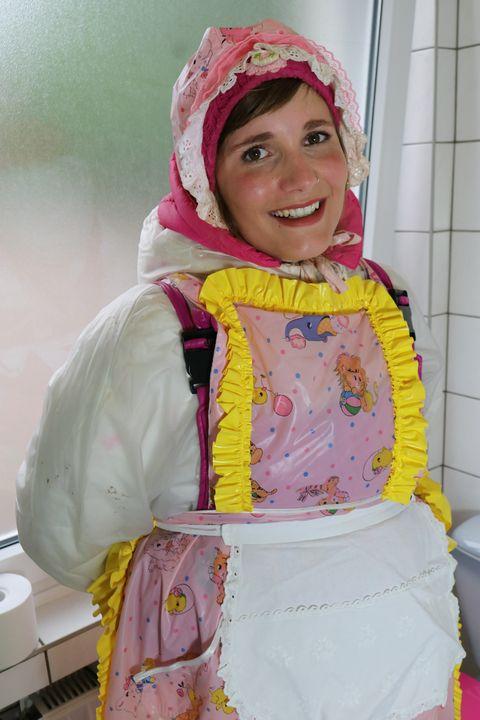 Die Toilettenhure sieht den Loverboy - maids in plastic clothes