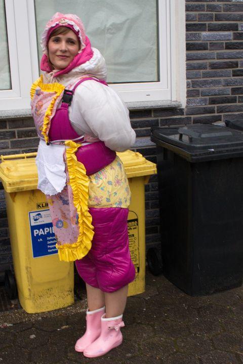 Eine Gummihure am Arbeitsplatz - maids in plastic clothes