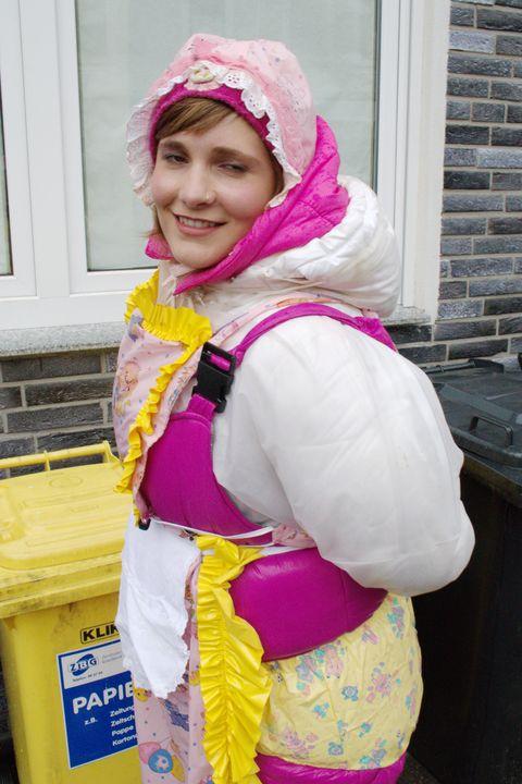 La puttana di gomma lavora al caldo - maids in plastic clothes