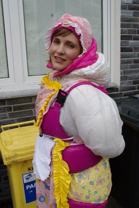 La puttana di gomma attende iclienti - maids in plastic clothes