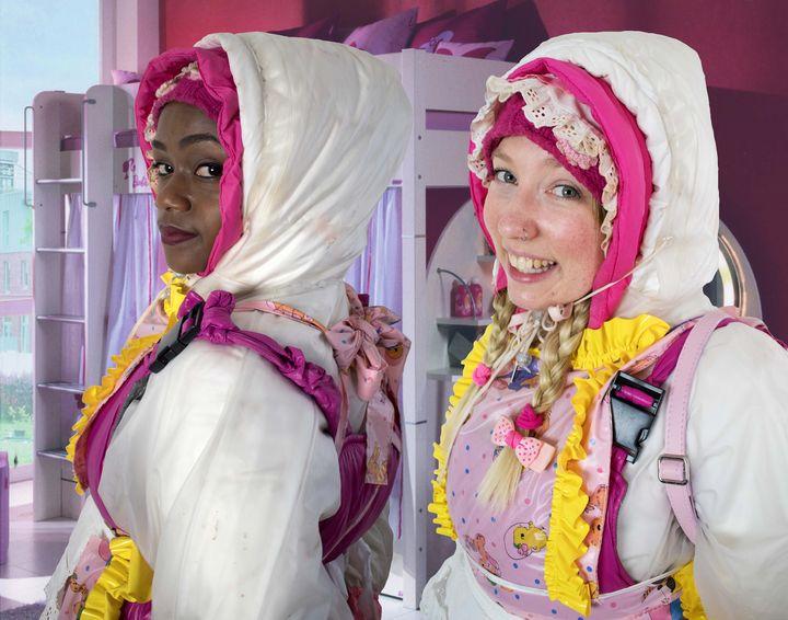 schöne Zofe und käsige Zofe - maids in plastic clothes
