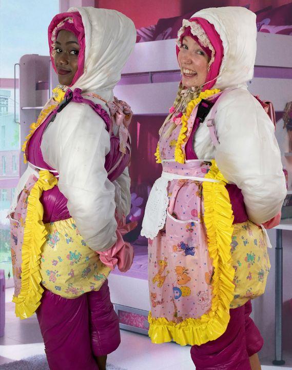 eingetütete Barbiepuppen - maids in plastic clothes