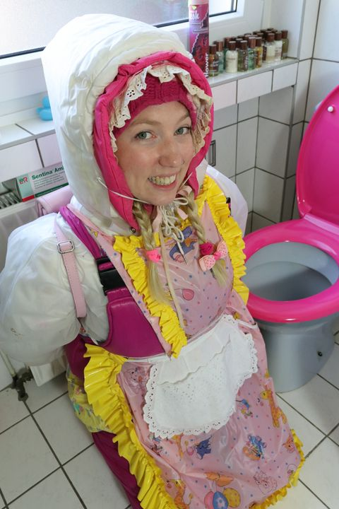 "Gumminutte kasspakket sagt: ""Hallo!"" - maids in plastic clothes"