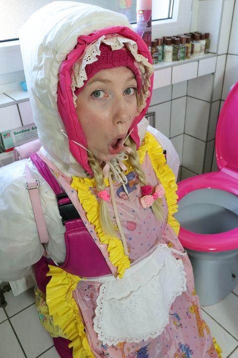 Die Klonutte kaaspakket - maids in plastic clothes