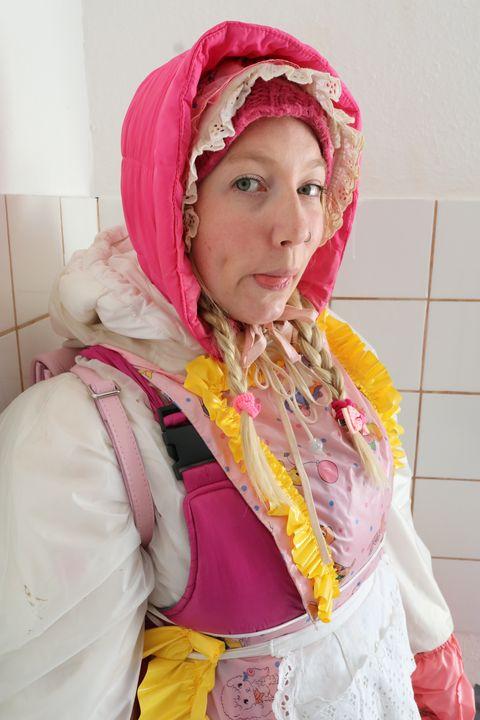 die schöne Gumminutte - maids in plastic clothes