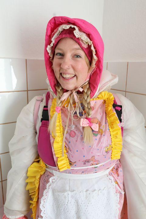 Das Arbeitsgesicht der Gumminutte - maids in plastic clothes