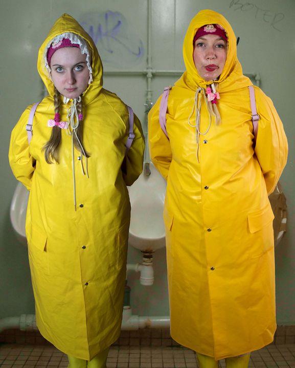 2 mal Dreikäsehoch in Gummisack - maids in plastic clothes