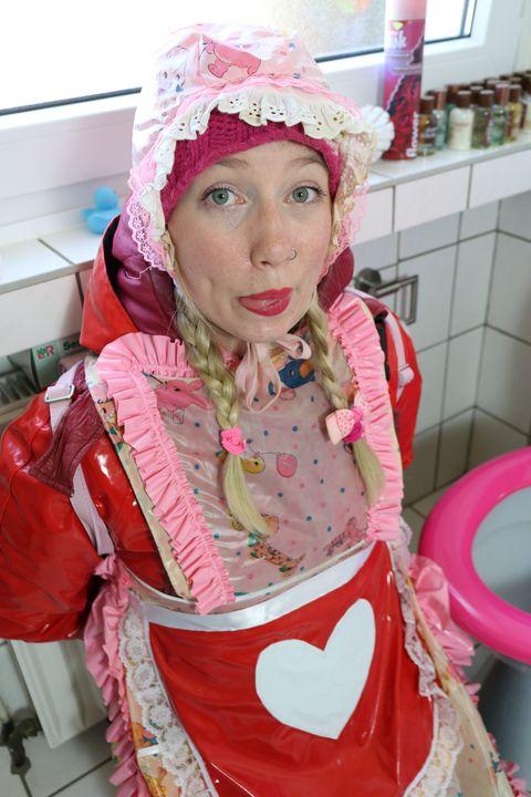 die schöne Toilettenhure - maids in plastic clothes