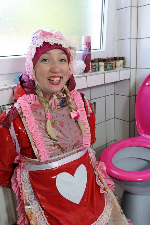 die Klonutte begrüßt den Kunden - maids in plastic clothes