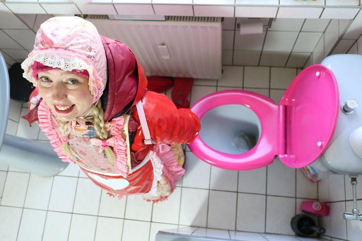 Toilettennutte an ihrem Arbeitsplatz - maids in plastic clothes