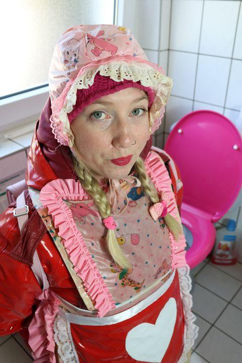 Die Toilettenhure wird ermahnt. - maids in plastic clothes