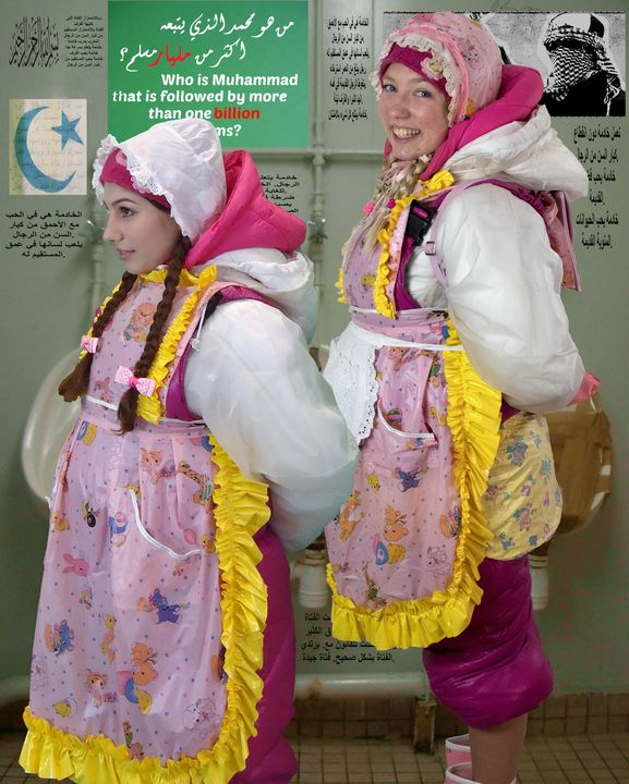 2 Gumminutten an ihrem Arbeitsplatz - maids in plastic clothes
