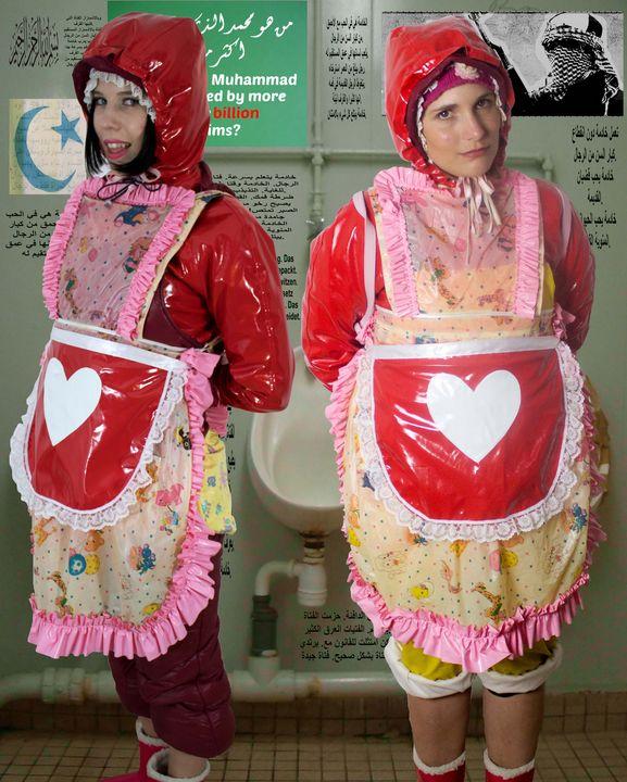 Gumminutten in roten Plastiksäcken - maids in plastic clothes