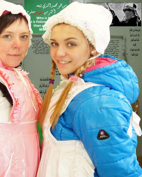 Gumminutten Mutter und Tochter - maids in plastic clothes