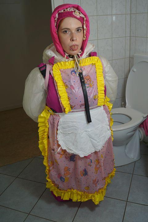 Die Gumminutte zeigt ihr Werkzeug - maids in plastic clothes