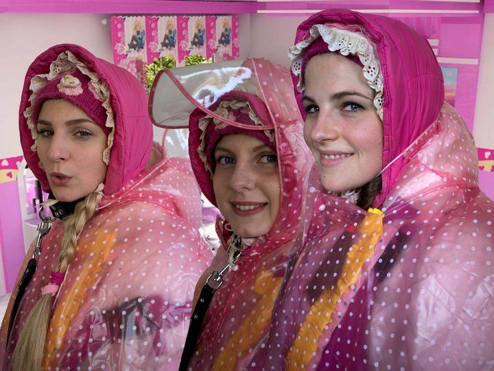 Barbiepuppen in Folie eingeschweißt - maids in plastic clothes