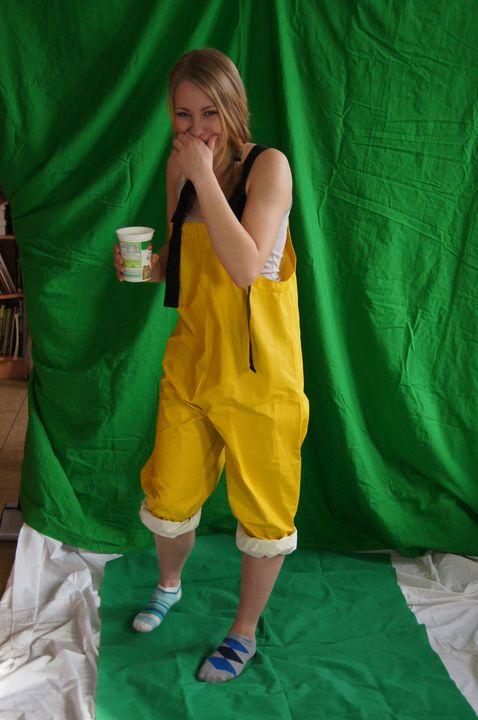 Cô gái mặc quần cao su - maids in plastic clothes