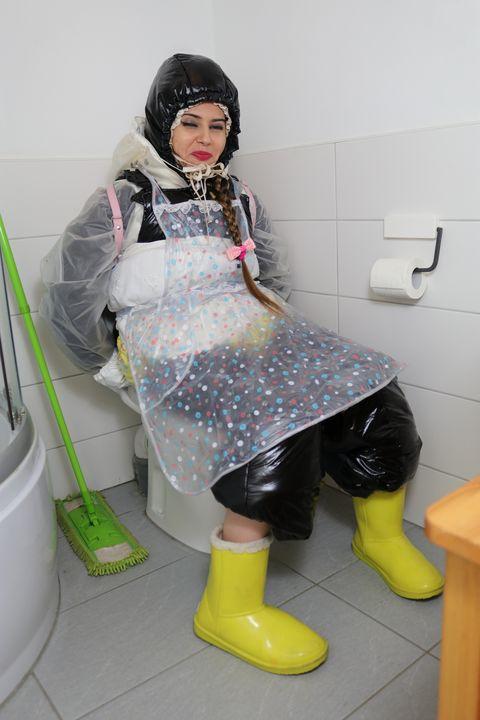A pelenka lány nem piszkos a WC-ben - maids in plastic clothes