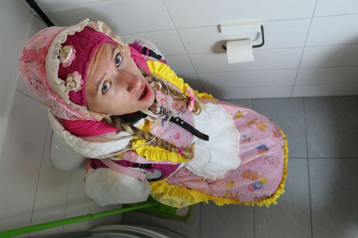 dienstbereite Klonutte poopazulma - maids in plastic clothes