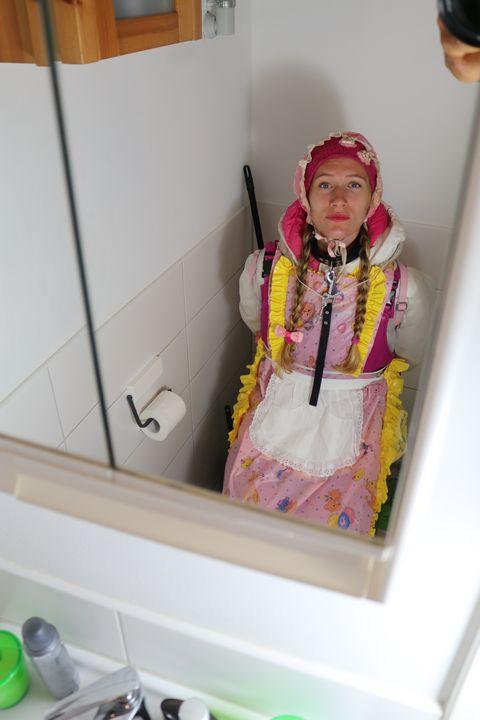 Putzmädchen poopazulma im Spiegel - maids in plastic clothes