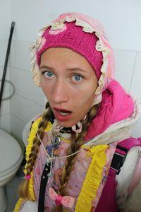 Toaletní dívka pozdraví zákazníka