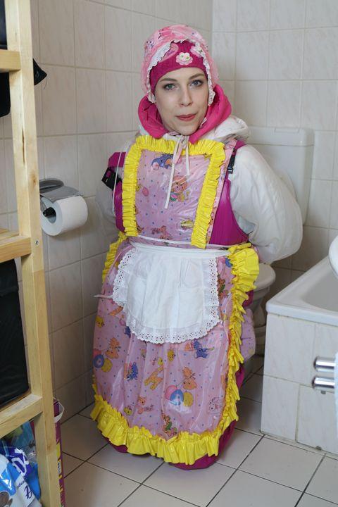 schüchterne Gumminutte fahişezulma - maids in plastic clothes