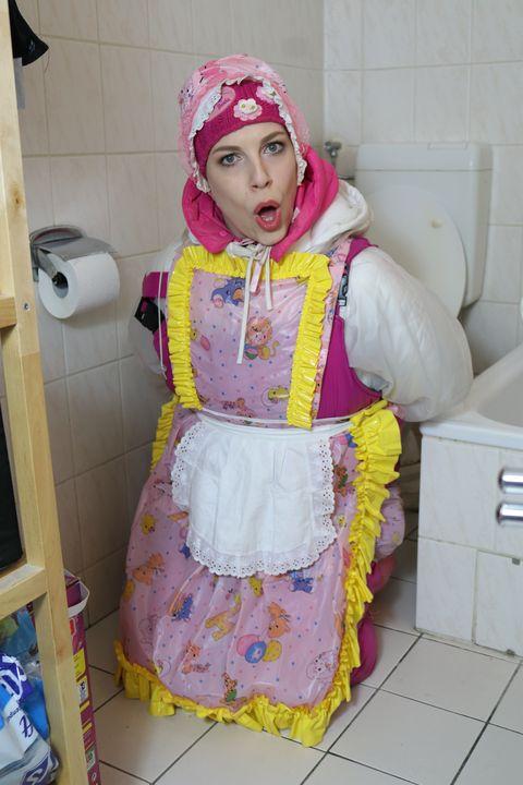 Kauçuk fahişe müşteriyi ağırlıyor - maids in plastic clothes