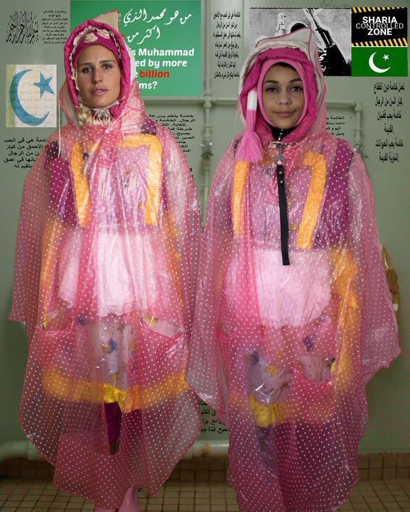 zwei Mädchen in Regencapes - maids in plastic clothes
