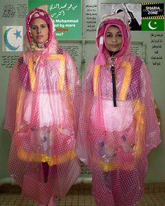zwei Mädchen in Regencapes