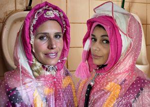 zwei Gummiklofrauen