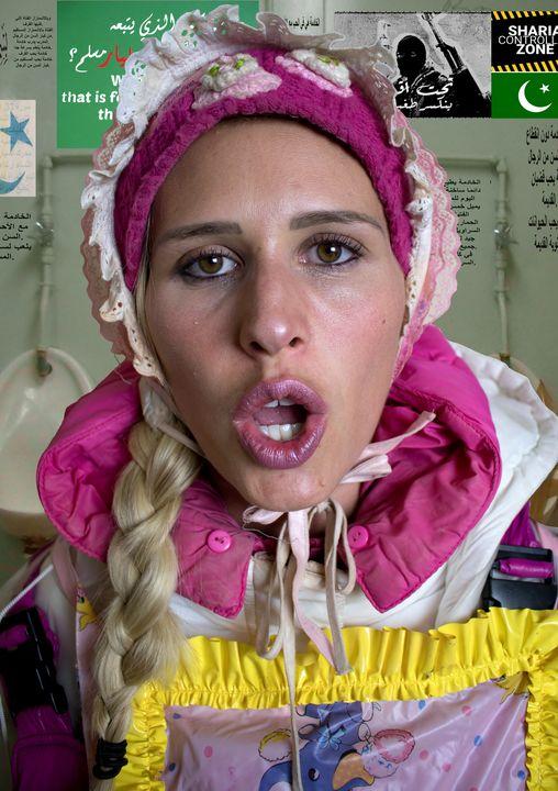 عاهرة في المطاط - maids in plastic clothes