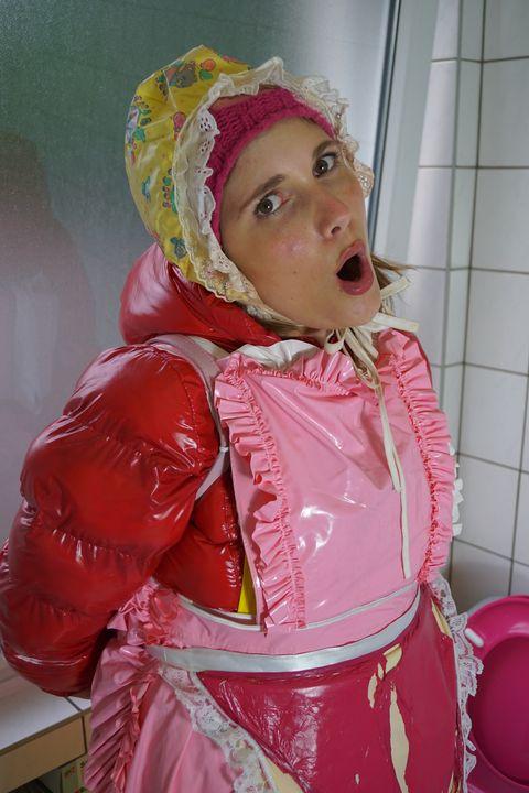 шлюха потеет открывает свой инструме - maids in plastic clothes