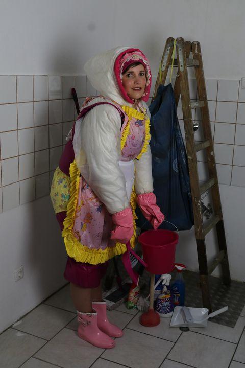 она с нетерпением ждет уборки - maids in plastic clothes