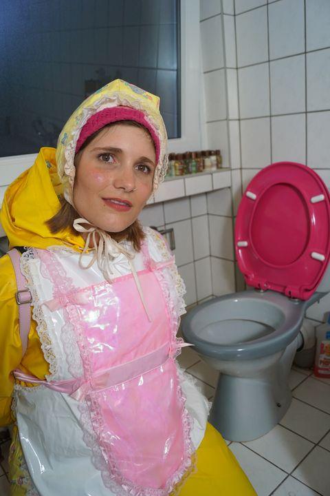 Halal: gelbe Gummiklonutte karcila - maids in plastic clothes