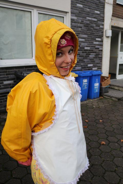 Ein Kunde für die Gumminutte - maids in plastic clothes
