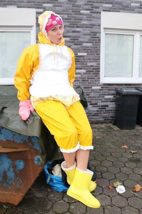 La pute en caoutchouc et poubelle - maids in plastic clothes