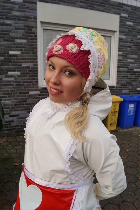 Gumminutte mit Herzchenschürze - maids in plastic clothes