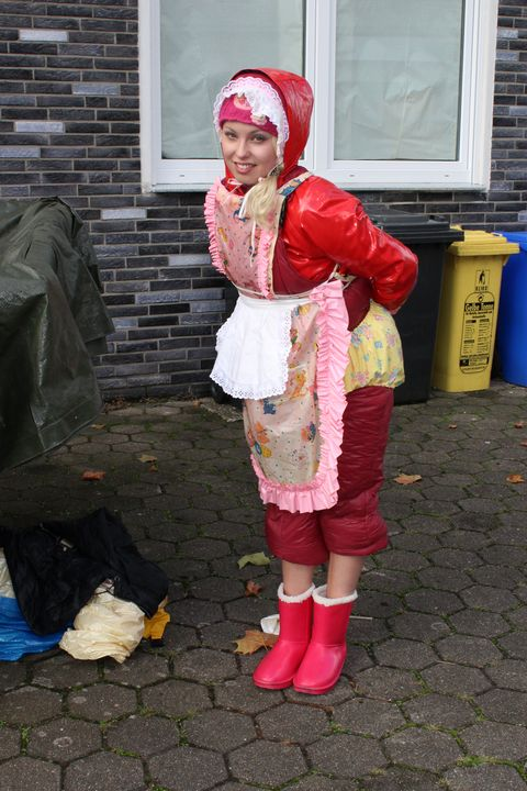 Mandub: fesche Gumminutte - maids in plastic clothes