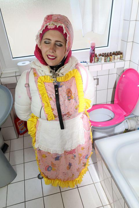 Haram: die Klonutte ist unaufmerksam - maids in plastic clothes