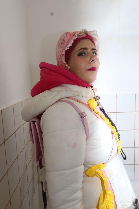 Mandub: Dhimmi Hausmädchen - maids in plastic clothes