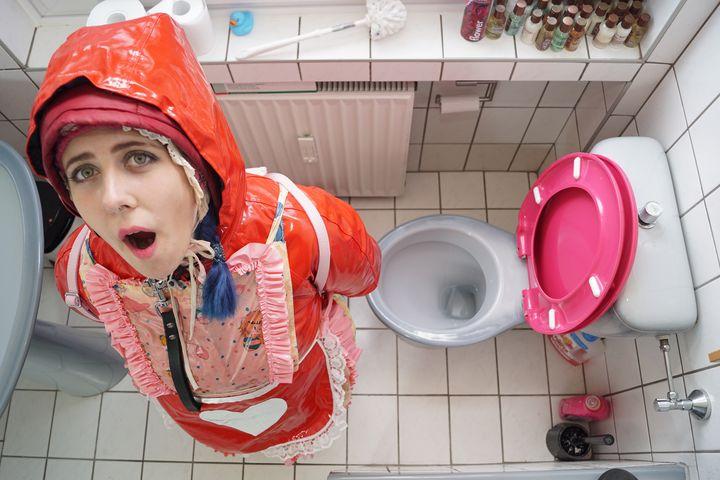 yağlı tuvaletler fahişe bimbozulma - maids in plastic clothes