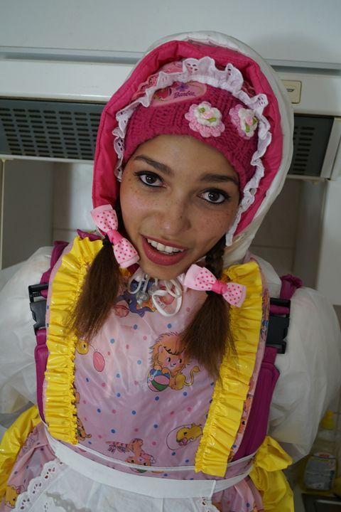 Gumminutte mareenzulma - maids in plastic clothes