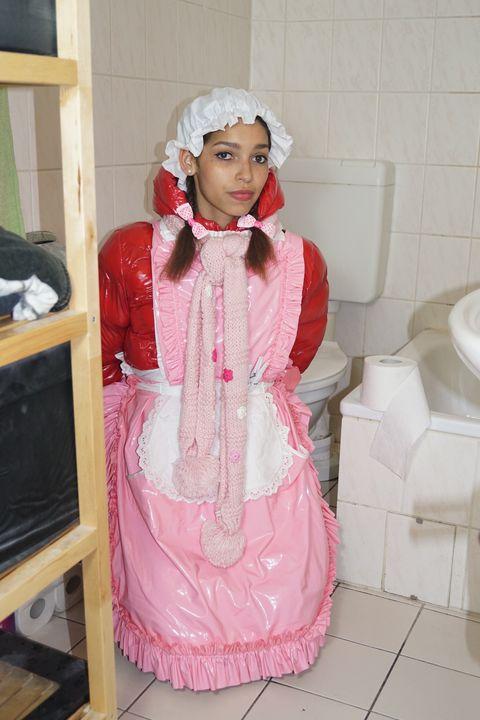 Die Klodeckel sind geschlossen - maids in plastic clothes