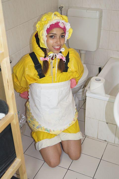 Die Gumminutte ermuntert den Kunden - maids in plastic clothes