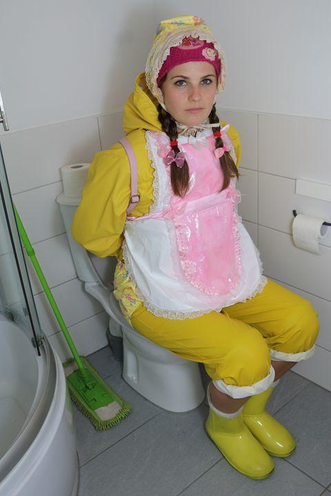 Gumminutte in gelben Regenzeug - maids in plastic clothes