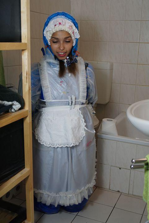 Kurzschlaf der Gumminutte - maids in plastic clothes