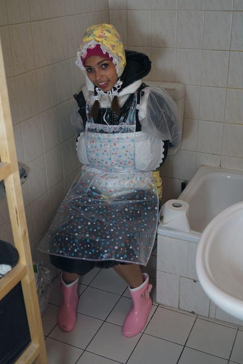 Das Klo bleibt sauber! - maids in plastic clothes
